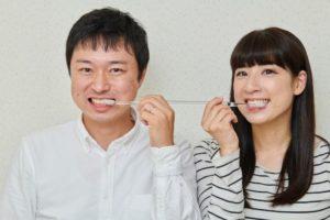 両端が歯ブラシになっているお得な歯ブラシで協力して歯を磨く夫婦