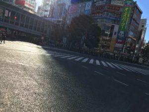 横から見たスクランブル交差点